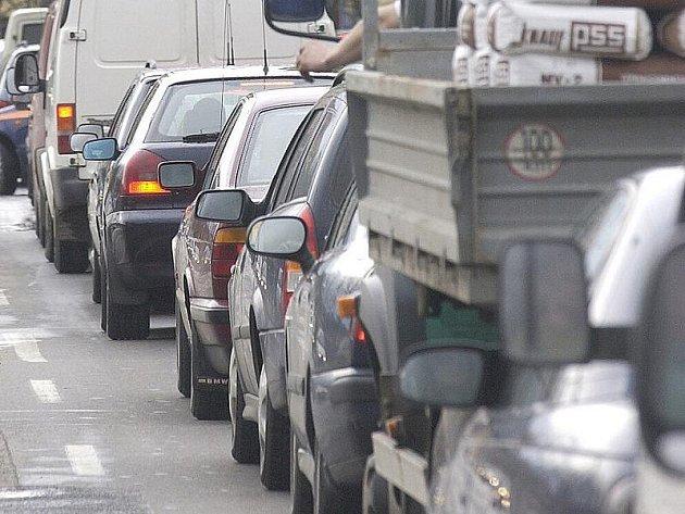 Přetížená silnice I/16 z Velvar do Slaného je pro řidiče i lidi z obcí na strase denním utrpením.
