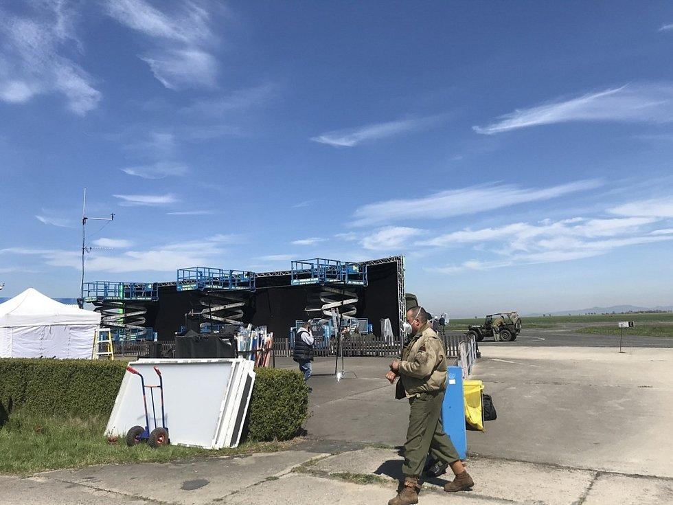 Natáčení nedaleko Bílichova na letišti Panenský Týnec.