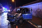 Automobil začal po nárazu do sloupu v Kladně hořet, řidič utekl.