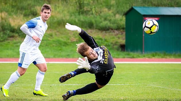 Fotbalová příprava: Kladno (v bílém) nečekaně vyhrálo na hřišti SK Slaný vysoko 7:1. Brankář Kindl zasahuje