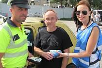 POLICISTOVI NADÝCHAL řidič na snímku do přístroje na měření alkoholu nulu, od sympatické hostesky proto za odměnu obdrželjedno nealkoholické pivo.