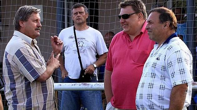 Pánové (zleva) Hanf, Hondl a Vlček diskutují, nespíše o tom jak dopadne první soutěžní utkání.