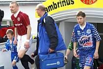 Tomáš Řepka v Kladně v roce 2009 nastupuje na plochu s doktorem kladenského týmu MUDr. Vladimírem Lemonem.