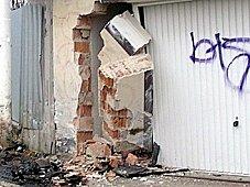 Řidič naboural do zdi.