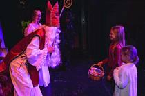 PO PŘEDSTAVENÍ ANETKA A VÁNOCE zavítali do Divadla Lampion v Kladně mezi děti Mikuláš, čert i anděl.