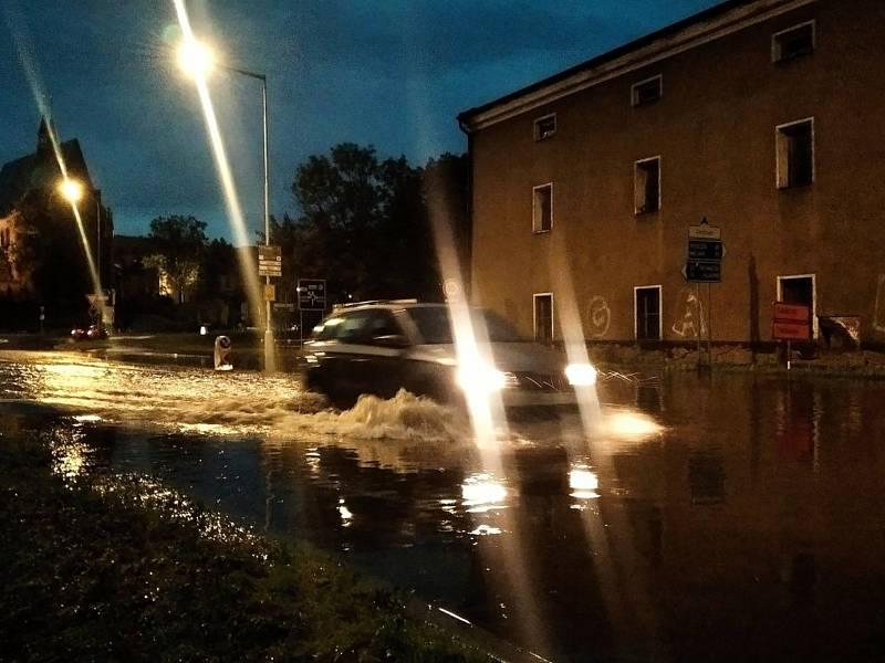 Přívalový déšť vytvořil U Brodu lagunu, auta sotva projedou.