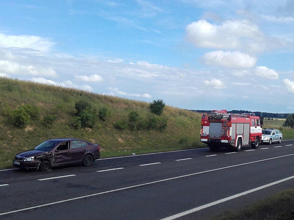 Čtvrteční nehoda cisterny se škodovkou na silnici I/7 u Slaného