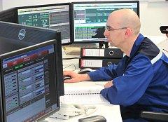 V TAKZVANĚ DOZOROVNĚ kontrolují pracovníci chod systémů celé kladenské elektrárny.