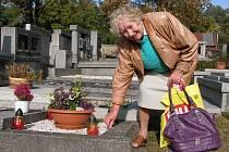 Jarmila Carvanová je jednou z žen, které na hřbitov docházejí pravidelně. O místa posledního odpočinku svých příbuzných se pečlivě stará každý týden.