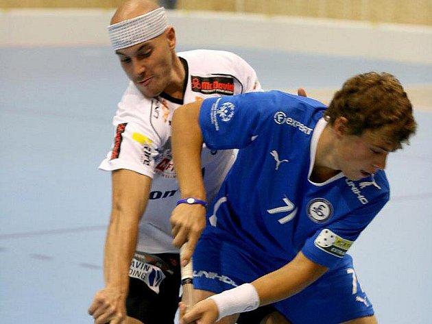 Hrdina utkání kladenský Linhart (vpravo) v souboji s českým reprezentantem Garčárem z Tn Střešovice