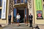 Zahájení výstavy byl přítomen i nový ředitel Památníku Lidice Eduard Stehlík (v modrém obleku).