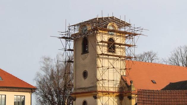 Věž kostela nyní zakrývá provizorní střecha.
