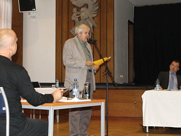 Ladislav Peška (KSČM) při vystoupení na zastupitelstvu.