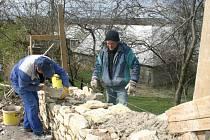 OPRAVA OPUKOVÉ ZDI není snadná. Dělníci musí osekat každý použitý kámen tak, aby na něj přesně pasoval další. Vymezený úsek na snímku trvá pracovní skupině zhruba čtyři dny.