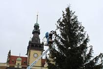 Vánoční strom na náměstí Starosty Pavla v Kladně byl nazdoben v úterý.