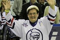 Paní Plekancová zastoupila nepřítomného Tomáše Plekance // Hvězdy Kladna - Česká republika legendy 3:4 (sn), utkání na oslavu 60. narozenin Milana Nového