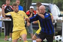 Roman Pavelec se snaží probít k bráně Žehrovic // Sokol Lidice - Kamenné Žehrovice 2:3 , Lidický pohár 2010,  hráno 31.7.2010