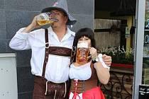 Obsluha v bavorských krojích nebude na Oktoberfestu v Cafe Baru Top scházet.