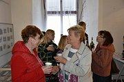 V červené bundě autorka výstavy Eva Ničová ze Smečna v družném hovoru s majitelkou kadeřnického salonu Evou Čapkovou.