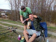 Michal Holán (vpravo) s kamarádem Pavlem Kočím na rybolovu.