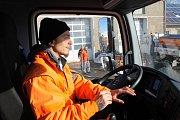 Řidič úklidového vozu Martin Konya odklízí sníh radlicí a v mrazu se věnuje posypu. Ve firmě pracuje už několik let.