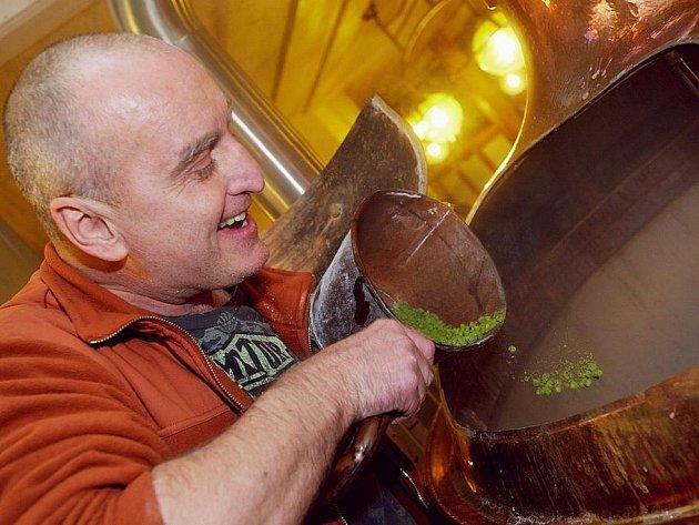 UVAŘIT DOBRÉ pivo, stejně jako pokrm, je skutečné umění. Že to je věda a opravdová alchymie, si vyzkoušel Standa Berkovec vlastnoručně pří první várce nového slánského piva.
