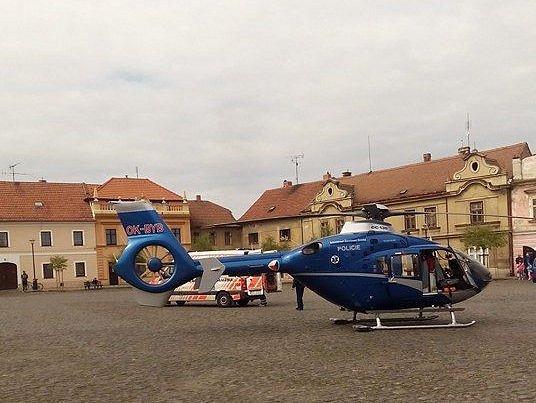 V sobotu kolem poledne přistál ve Velvarech na náměstí vrtulník. Mezi Roudnickou branou a ulicí U Cukrovaru srazilo auto chodkyni.
