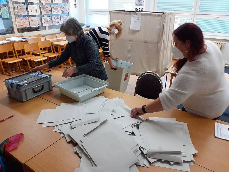 Záběr z vysypávání volebních uren ve Slaném v okrscích v Rabasově ulici a v Tomanově.