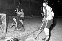 V roce 1959 získalo Kladno (v bílém) první titul mistra. Výhra nad Plzní byla hodně důležitá