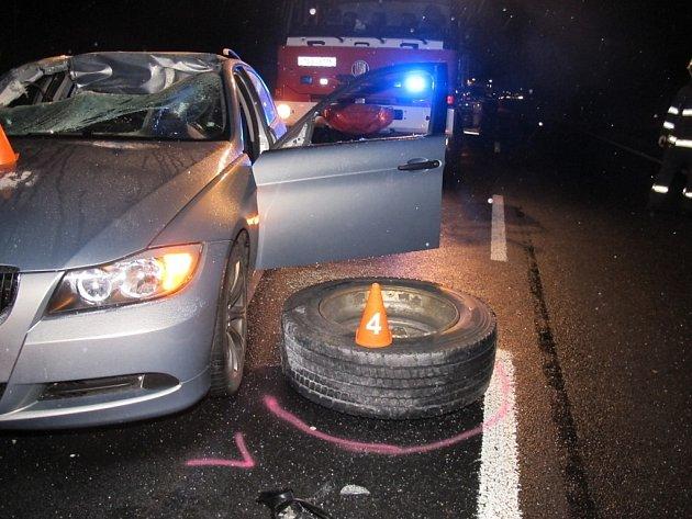 Uvolněné pneumatiky kamionu rozbily na silnici I/7 dvě auta