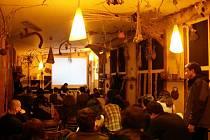 FESTIVAL JEDEN SVĚT se koná ve čtyřech desítkách měst, kde  diváci zhlédnou  dokumenty na téma protest, revolta a nepokoje. Minulý rok se také promítalo v pohostinství Pod Vobrazem.