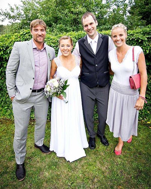 Eliška Davidová při svatbě smanželem Martinem, a také slavným beacholejbalovým párem Simon Naush - Markéta Sluková