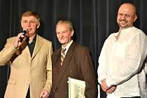 Oceněný dlouholetý učitel Josef Matějka uprostřed. Vlevo starosta Lán Karel Sklenička, vpravo Roman Havelka, principál Divadla Lány.