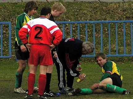 K okresnímu fotbalu patří také zranění, byť často nezaviněná jako tady v duelu Nova a Bělče.
