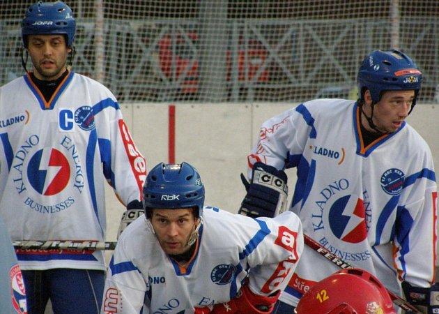 KEB Kladno, zleva bratři Tomáš a David Rejtharové, vedle nich Jan Příhoda.