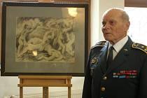 Juraj Gbur, místopředseda sdružení Československých zahraničních letců při věnování kresby Lidice.