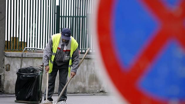 Lidé odsouzení k obecně prospěšným pracím nejčastěji uklízejí ulice města nebo černé skládky.