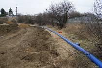 Vodárny posilují vodovodní řad v Unhošti.