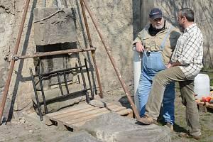 Zakladatel babyboxů renovuje ve Pcherách rodinný erb.
