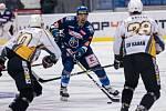 Po dlouhé koronapauze se hokejisté Kladna (v modrém) představili doma proti poslední Kadani a jasně vyhráli. Marek Račuk dlouho za Kadaň hrával.  Foto: Roman Mareš
