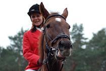 PRCHAJÍCÍ LIŠKU představuje vždy nejlepší jezdec. I letos jím byla při 16. ročníku Hubertovy jízdy Jana Hančová z Hančovy jezdecké stáje ve Slaném–Kvíci .