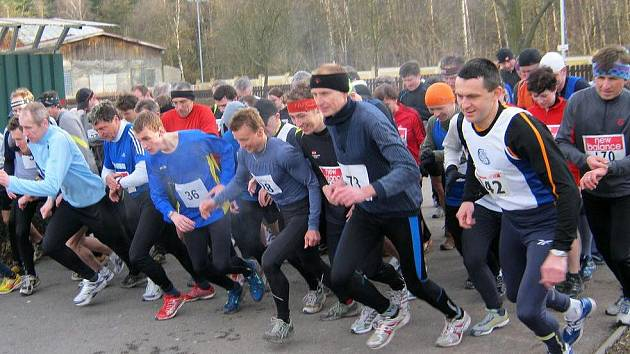 Start Narozeninové pětky. V první řadě zprava celkově třetí Fikes, vítěz Poduška (č. 73).