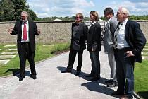 Na hlavních kladenských hřbitovech bylo v úterý odpoledne otevřeno nové 13. oddělení. Slavnosti se zúčastnil i autor celé koncepce nové části (uprostřed) kameník Martin Fiala.