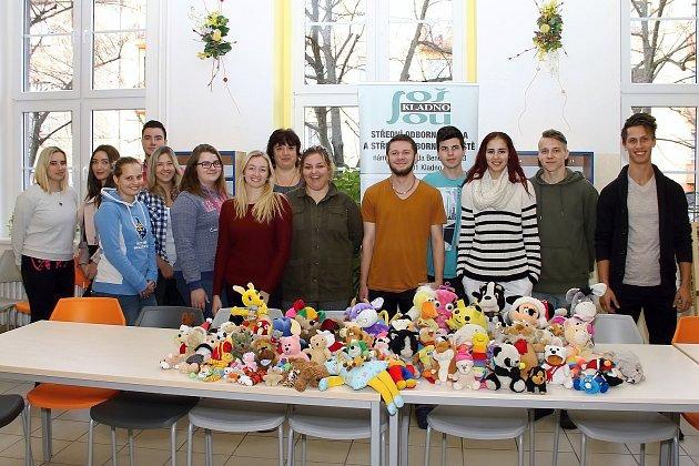 Kladenští studenti ze střední školy vulici Edv. Beneše podpořili sbírky pro maminky sdětmi iseniory.