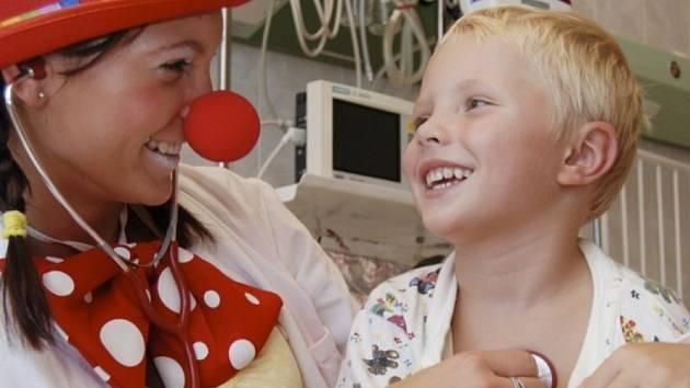 Dr. klaun v akci při léčbě smíchem a dobrou náladou v kladenské nemocnici na dětském oddělení jednotky intenzivní péče.