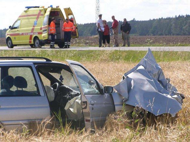Nehoda osobního vozu a motocyklu u Kačice na Kladensku si vyžádala lidský život.