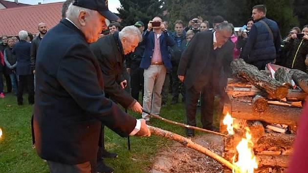 Pietní akt a Masarykova vatra v Lánech. Archivní foto.