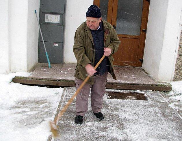 Václav Ryšlavý ze Slaného si úklidem chodníků  zvyšuje svoji životní úroveň důchodce, protože mu úklid přináší příjemný přivýdělek.