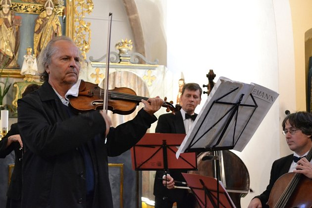 Nedělní koncert v tuchlovickém kostele poctil svou účastní houslový virtuóz Václav Hudeček. Při hře ho doprovodil smyčcový soubor Consortium Pragense.