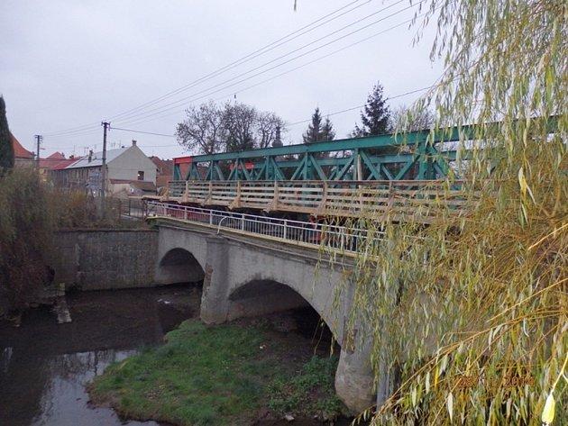 Výstavba mostu ve Velvarech